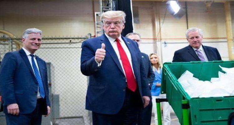 ترامب في مصنع للكمامات دون كمامة