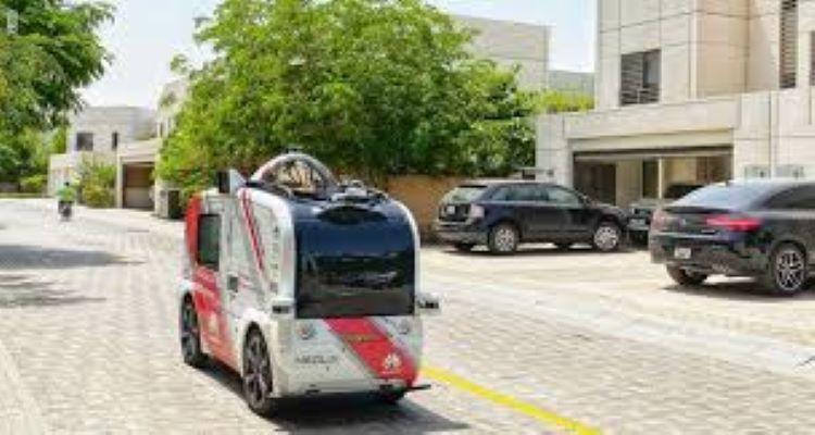 سيارة ذاتية القيادة توزع كمامات ومطهرات في الإمارات