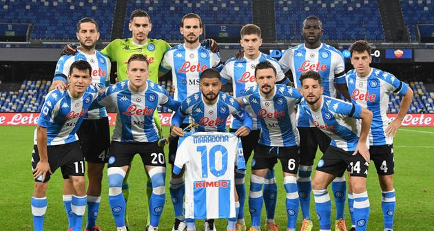 Naples a joué avec un maillot argentin en hommage à Maradona