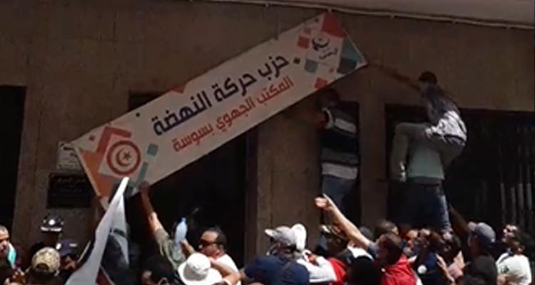 سوسة : احتجاجات واتلاف اللافتة الأمامية لمقر النهضة