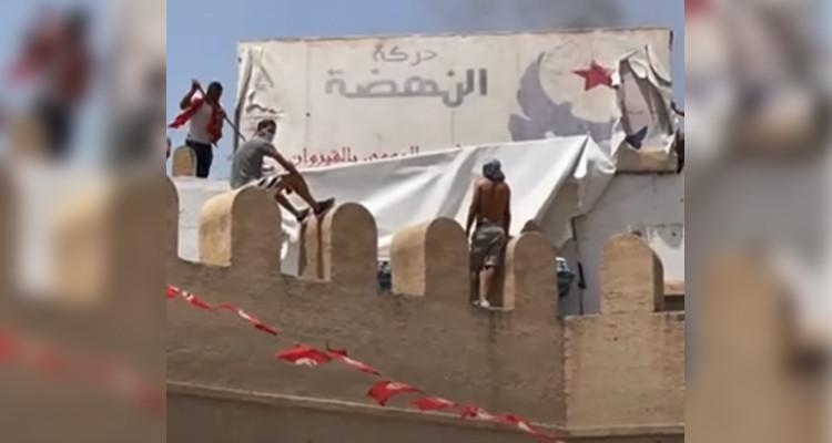 القيروان:حرق لافتة حركة النهضة ومحاولة اقتحام مقرها