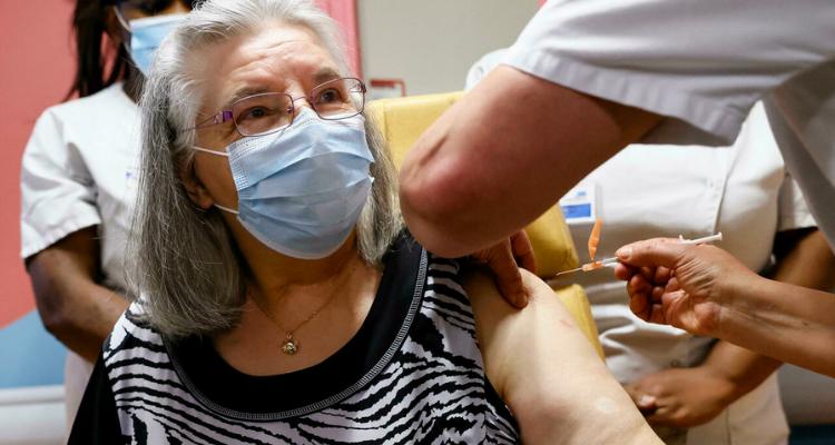 السلطات الصحية الفرنسية توصي بجرعة ثالثة من اللقاح المضاد لكورونا