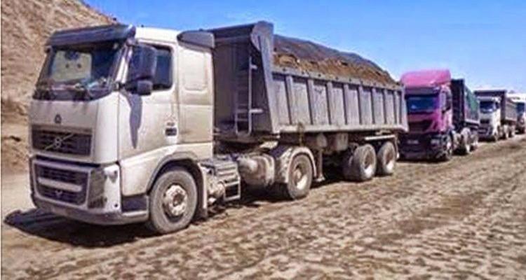 عمال منجم فسفاط المكناسي يغلقون الطريق ويحجزون 5 شاحنات  محملة بالفسفاط
