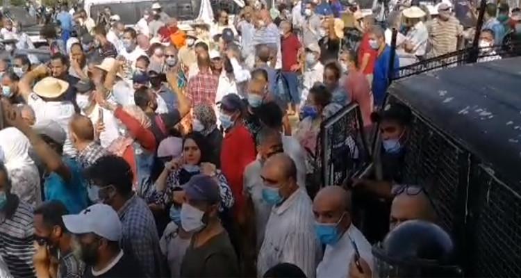 Les forces de l'ordre tentent d'évacuer les protestataires au parlement