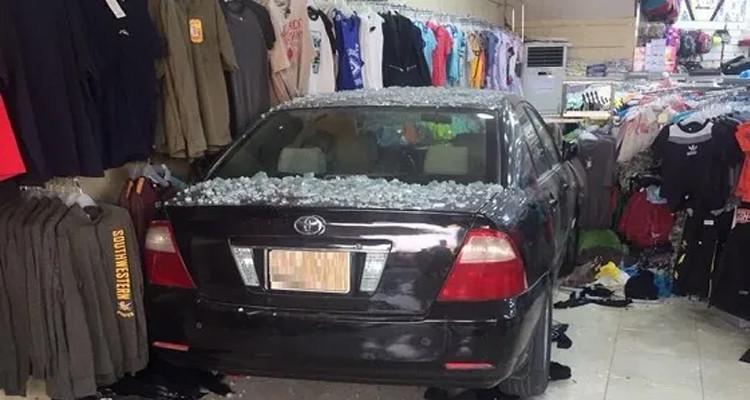 Elle rentre dans une boutique…avec sa voiture !