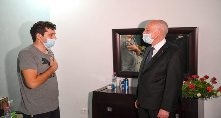 رئيس الدولة يعود وكيل الحرس المصاب ويعزي أسرة زميله الشهيد(فيديو)