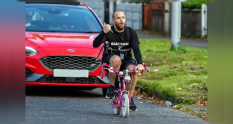 لأجل ابنتيه: يقطع أكثر من 300 كيلومترا على دراجة أطفال (فيديو)