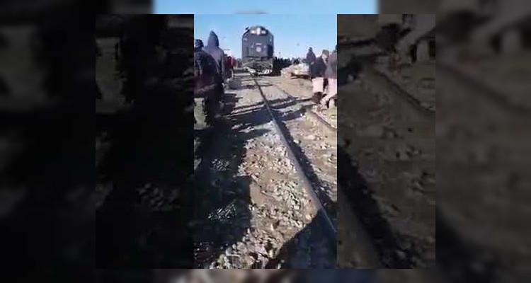 يحدث في تونس: قطار يمر عبر سوق أسبوعية !!(فيديو)