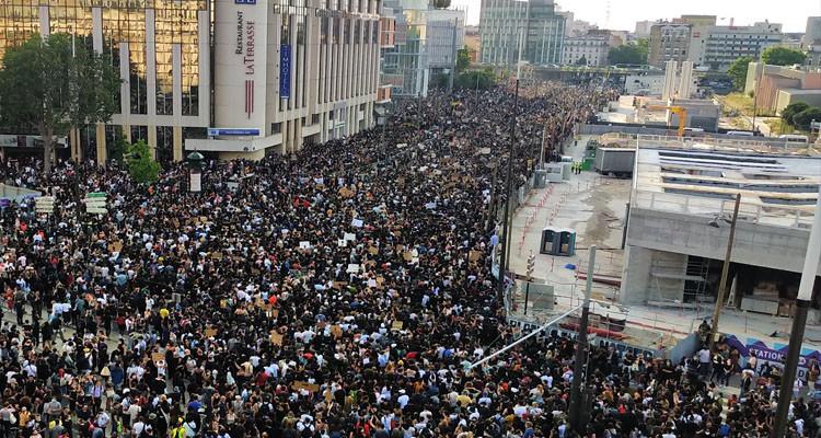 الآلاف يتظاهرون في باريس ضد عنف الشرطة والتمييز العنصري