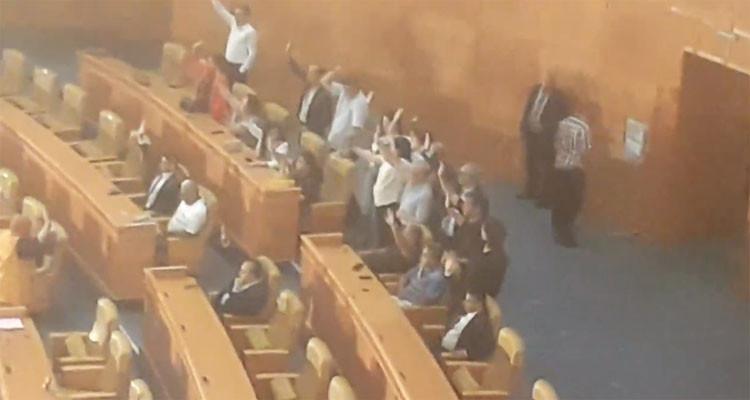 عبير موسي وأعضاء كتلتها يلتحقون بالجلسة للتصويت على مشاريع القوانين