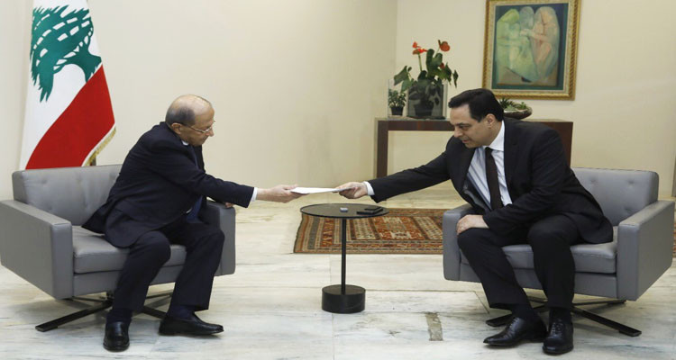 الرئيس اللبناني يقبل استقالة حكومة حسان دياب ويكلفهما بتصريف الأعمال