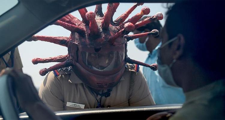 شرطي يرتدي خوضة في شكل فيروس كورونا