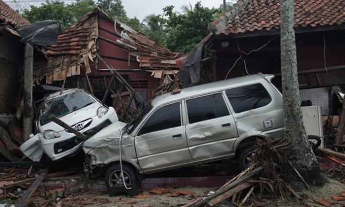 """281 قتيلا و1000 جريح في """"تسونامي"""" بإندونيسيا"""