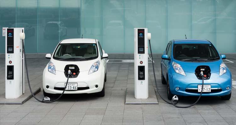 ماهي المسافة التي يمكن لسيارة كهربائية أن تقطعها ببطارية غير مشحونة ؟