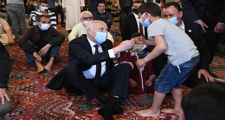طفل يسأل رئيس الدولة: أنت قيس سعيّد رئيس الجمهورية ؟ (فيديو)