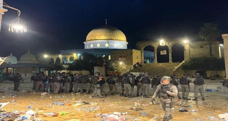 قوات الاحتلال تعربد في رحاب المسجد الأقصى وتعتدي على المصلين