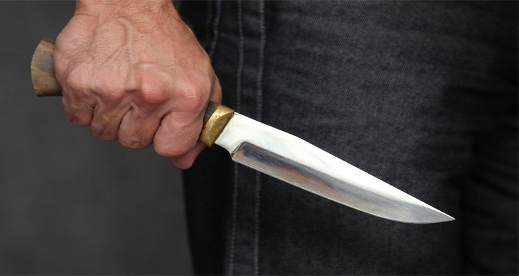 ضربة سكين طعنة