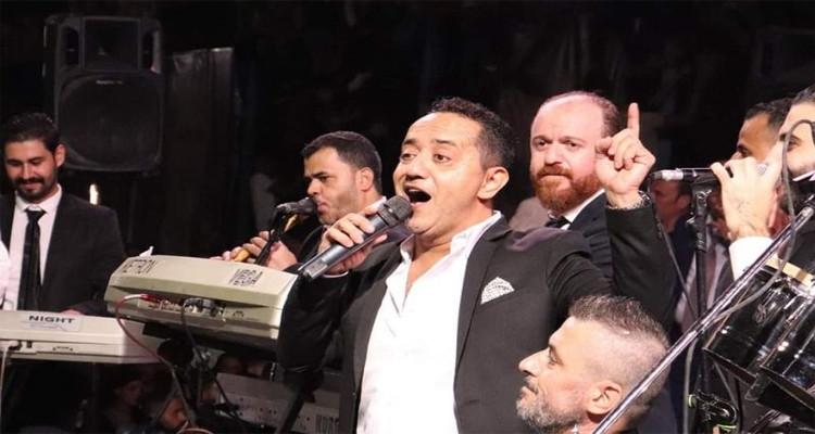 أهالي درعا السورية يطردون المغني علي الديك ويرشقونه بـ''الشباشب''