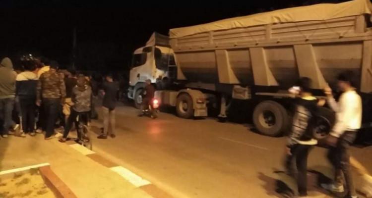 سيدي بوزيد_المكناسي: إحتجاز شاحنة فسفاط وافراغها على الطريق (صور)
