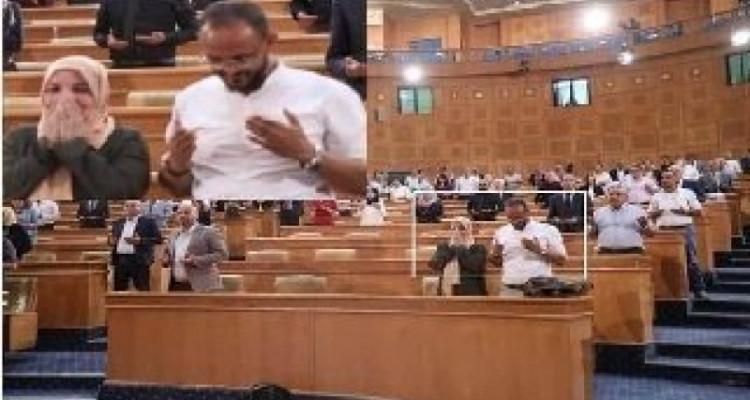 """نائبان من """"ائتلاف الكرامة""""وحركة """"النهضة"""" يضحكان أثناء تلاوة الفاتحة على  الشهيد محمد البراهمي"""
