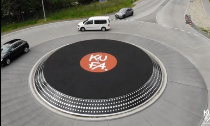 Un rond-point en forme de disque vinyle