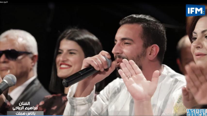 """""""بالتونسي : الفنان ابراهيم الرياحي في أغنية """"يا ناس هملت و أغنية مقواني"""